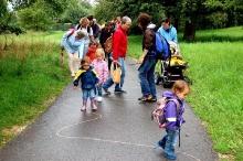 Wandern des Elter-Kind-Turnens mit Schnecke Wanda